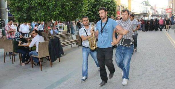 Ünlü müzik grubu üyeleri gözaltına alındı