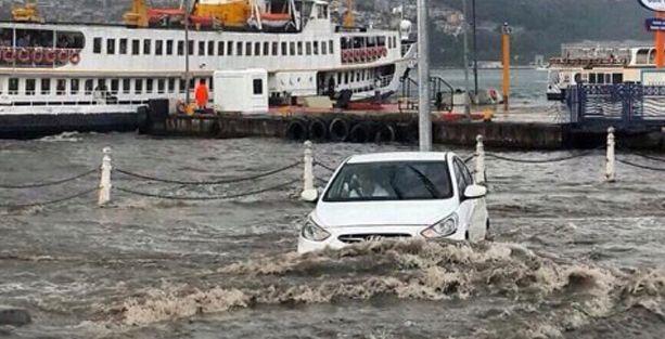 Üsküdar'da aynı görüntü: Yine 'suda yüzen arabalar'