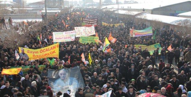 Van'da binlerce kişi 'Öcalan'a özgürlük' için yürüdü