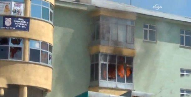 Varto'da AKP ilçe binası ateşe verildi