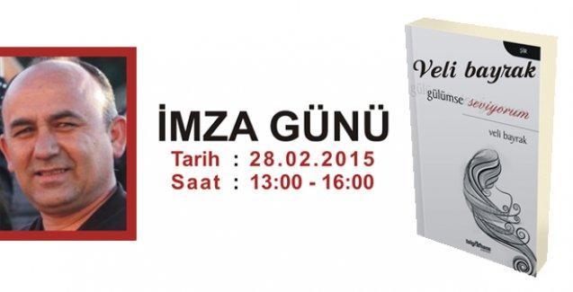 Veli Bayrak Ankara Kitap Fuarı'nda kitabını imzalıyor
