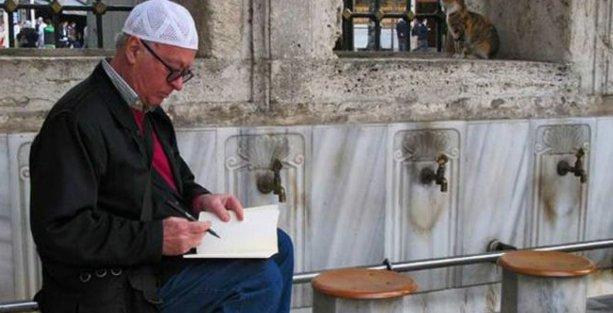 Wolinski, Eyüp Camii'nde başında takkeyle çizmişti