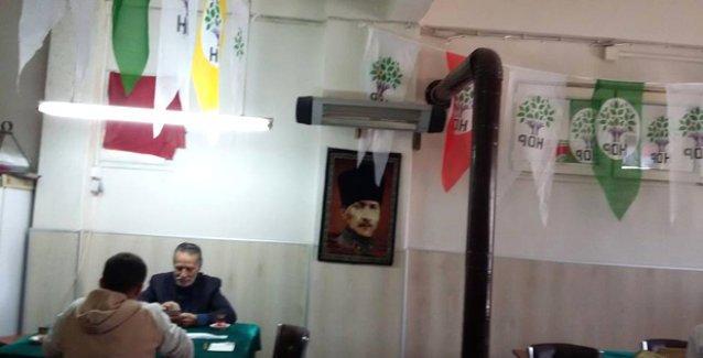 Yalova'da eski bir AKP seçmeni kahvehanesini HDP seçim bürosuna çevirdi
