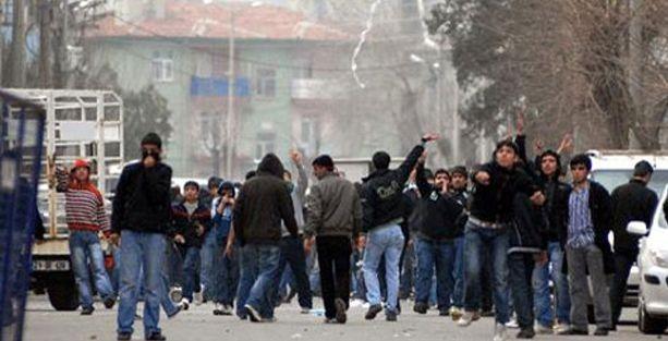 Yargıtay: Polise taş atmak bir kanaat açıklama yöntemi