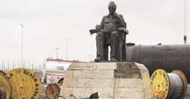 Yaşar Kemal heykeli moloz yığınları içerisinde kaldı