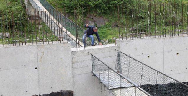 Yayaların kullandığı asma köprünün ortasına duvar yapıldı