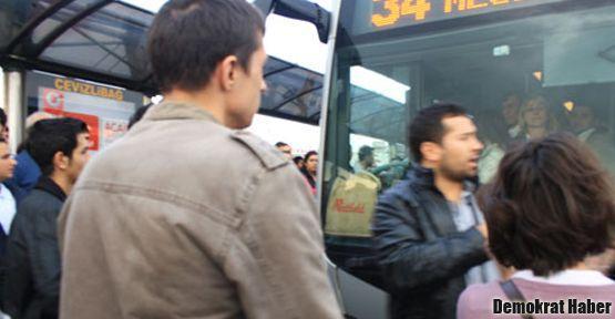 Yolcular isyan etti, metrobüs yolunu kapattı