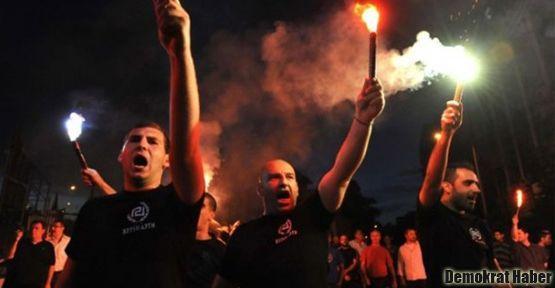 Yunan faşistler göçmenlere saldırdı