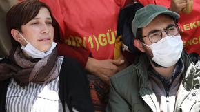 Polis açlık grevindeki Özakça'nın eşi ve annesini yerde sürükledi